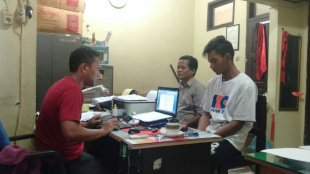 Agus Salim, pelaku sodomi saat diperiksa di ruang penyidik Polres Tanjungbalai (dok. KM)