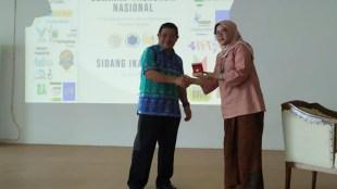 Pemberian Cinderamata Direktur Politeknik AKA Bogor ke BPSDM Kementerian Perindustrian RI (dok. KM)
