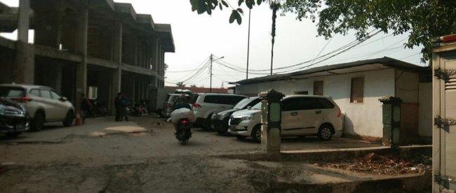 Mobil terparkir di depan bangunan yang diduga gudang penyimpanan barang dagangan di kawasan Masjid Agung Kota Bogor (dok. KM)