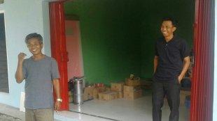 Kades Rancamanggung Abas Sujana dan Ketua BPD Maman di lokasi toko bangunan yang menggunakan dana BUMDes (dok. KM)
