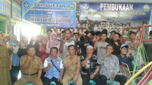 Ket foto Kabid PAUD DIKMAS, Maman Rochman fose bersama di PKBM Karya Sejahtera