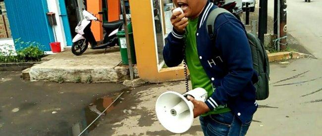 Aktivis Wawan Hermawan saat menggelar aksi demo di kantor Desa Sumber Jaya, Kabupaten Bekasi, Selasa 4/2/2020 (dok. KM)