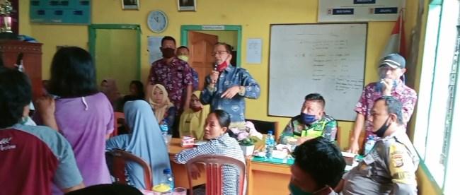 Warga Desa Taba, Talo Kecil, Bengkulu, menggeruduk kantor desa untuk protes, Jumat 29/5/2020 (dok. KM)