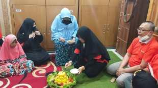 Potong tumpeng peresmian katering Al Amanah di Cipayung, Jakarta Timur, Jumat 3/7/2020 (dok. KM)