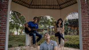 """Aiptu Sarwo Edi bersama grup musiknya saat syuting video klip untuk lagu """"Harapan Pendosa"""" (dok. KM)"""
