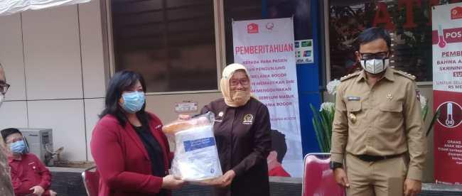 Simbolis penyerahan bantuan APD Kementerian Lingkungan Hidup Dan Kehutanan RI kepada RS Milenia Kota Bogor, Senin 3/8/2020 (dok. KM)