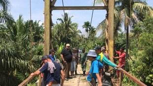 Warga Desa Tanjung Menang bersama H.Rifa'i Tadjudin saat bergotong royong memperbaikai jembatan rusak,Senen (24/08)