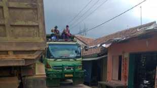 Truk tronton yang melalui jalan perkampungan di Desa Catang, Serang (dok. KM)