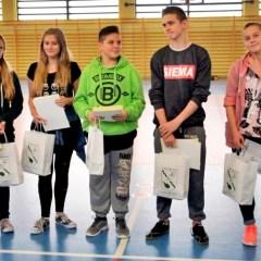 Nagroda Wójta Dąbrówki dla piątki wspaniałych gimnazjalistów, którzy uratowali rannego psiaka