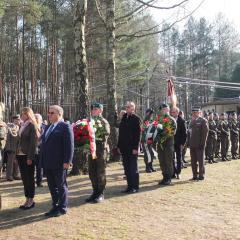 W Dolinie 96 Dębów Smoleńskich w Ossowie odsłonięto popiersie Ś.P. Ministra Pawła Wypycha