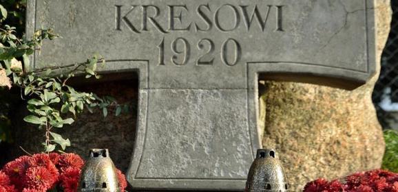 """Uczniowie radzymińskiej """"Stalowej Jedynki"""" odwiedzili miejsca pamięci, cmentarze, mogiły bohaterów i osób zasłużonych"""