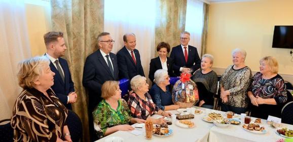 """Minister Marlena Maląg z wizytą w Klubie """"Senior+"""" Ząbkach"""
