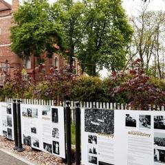 Okolicznościowa wystawa przy ul. św. Wojciecha w Serocku przypomina o 100. rocznicy urodzin św.  Jana Pawła II