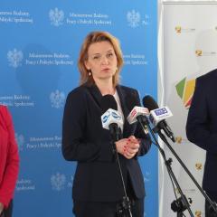 """Konferencja prasowa w Ząbkach nt. programu """"Asystent Rodziny"""" z udziałem wiceminister Barbary Sochy"""