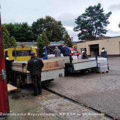 Strażacy pomagają w dystrybucji środków ochrony dla uczniów i nauczycieli