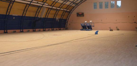 Trwa remont nawierzchni sportowej w sali gimnastycznej przy Szkole Podstawowej nr 2 im. Fryderyka Chopina w Małkini Górnej