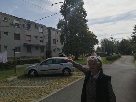komšinica Draga pokazuje zgradu u kojoj su otac i sin živeli