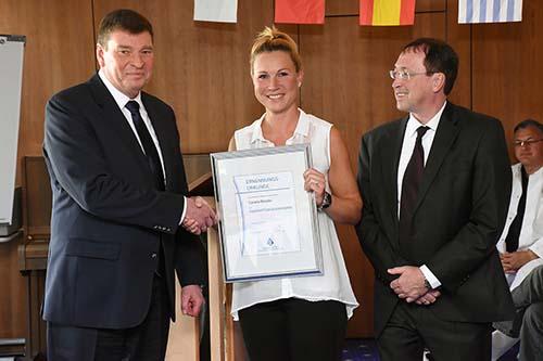 Michael Poschmann, Geschäftsführer der Kurpark-Klinik gratuliert Carolin Röseler, Leiterin der Rezeption zur Aufgabenerweiterung als Innovationsmanagerin