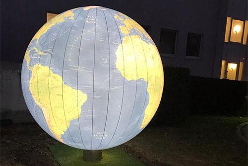 beleuchtete Weltkugel vor der Kurpark-Klinik Bad Nauheim