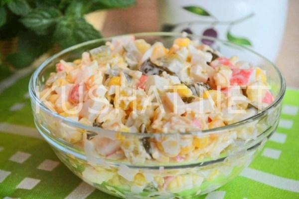 Салат с крабовыми палочками, солеными огурцами и сыром ...