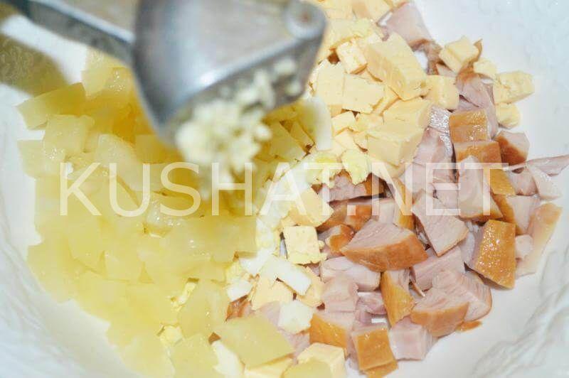 Салат с копченой курицей, сыром и ананасами. Пошаговый ...
