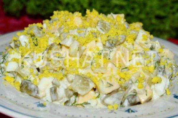 Салат с солеными огурцами, сыром и яйцом. Пошаговый рецепт ...