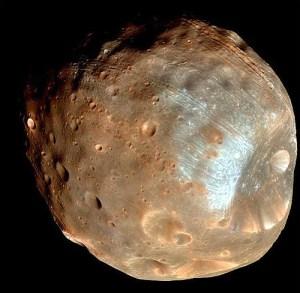 De Marsmaan Phobos met uiterst rechts de grote inslagkrater Stickney. De opname is gemaakt met de HIRISE-camera van de Mars Global Surveyor