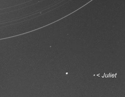 De Uranusmaan Julliet. Het is één van de tien manen die door de Voyager-2 ruimtesonde zijn ontdekt.