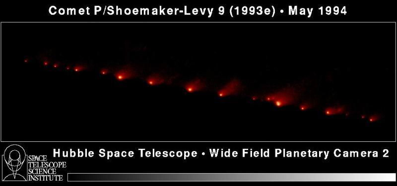 De verschillende fragmenten van Shoemaker-Levy-9 op weg om in te slaan op de planeet Jupiter. De opname is gemaakt met de Hubble Space telescope.