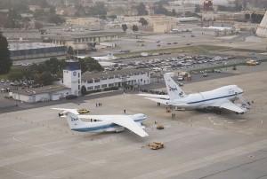 Links op de foto het Kuiper Airborne Observatory (Lockheed C141A Starlifter), rechts de opvolger SOPHIA dat gebruik maakt van een grotere telescoop en groter vliegtuig (Boeing 747)