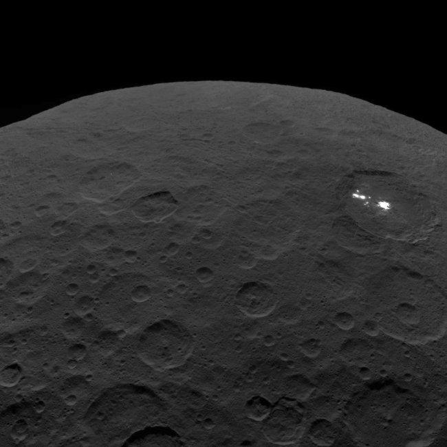 De Occator krater op Ceres, gefotgrafeerd door de ruimtesonde DAWN