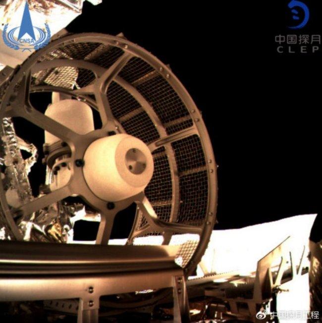 Close-up van een van de wielen van Yutu 2
