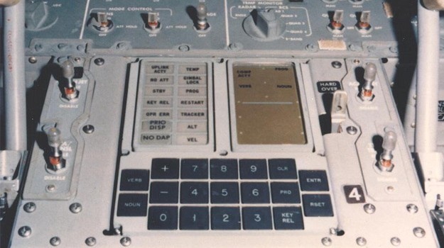 De Apollo Guidance Computer met de DSKY