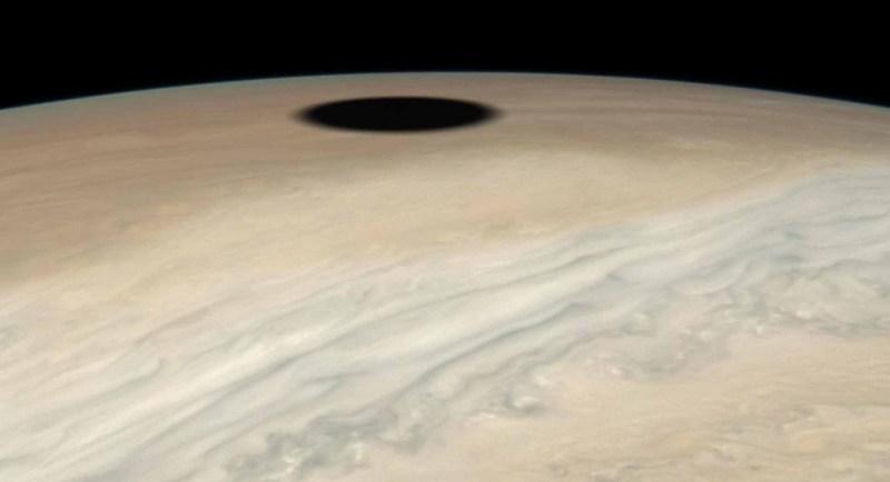 De schaduw van Io langs Jupiter's horizon