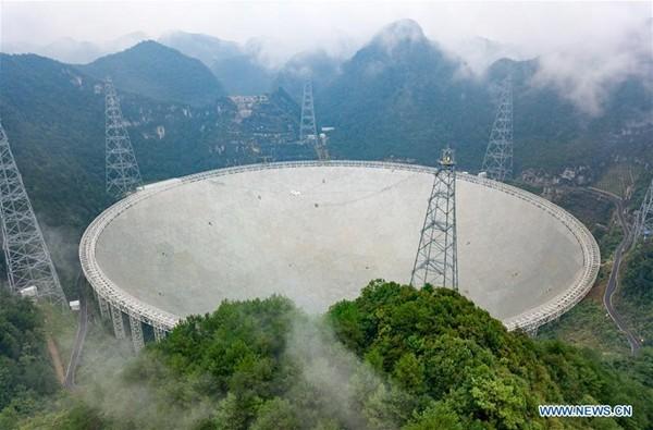 De 500 meter grote FAST radiotelescoop in de Chinese provincie Guizhou.