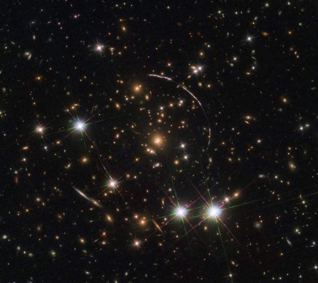 Hubble gebruikt zwaartekrachtslens