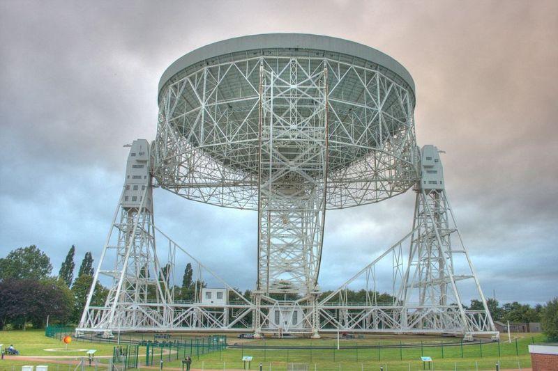 De Lovell Telescope van het Jodrell Bank Observatory uit 1957 met een diameter van 76 meter.