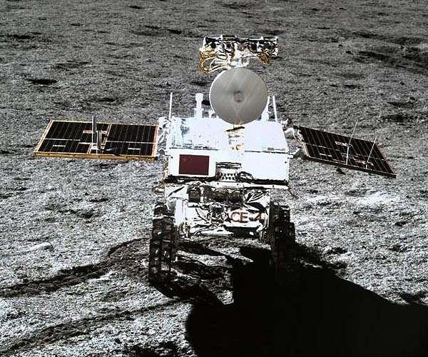De Chinese maanrover Yutu-2 kort na het verlaten van de maanlander Chang'e-4.