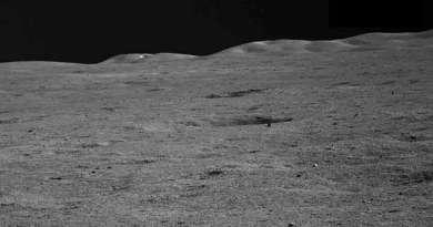 beeld van de horizon gezien door Yutu-2 en de Chang'e-4 maanlander