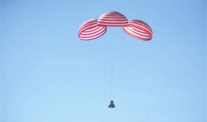 Nieuwe Chinese ruimtecapsule tijdens de landing in Binnen-Mongolië