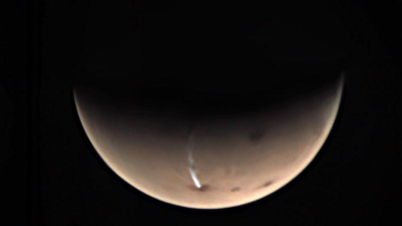 langegerekte wolk boven Arsia Mons op Mars
