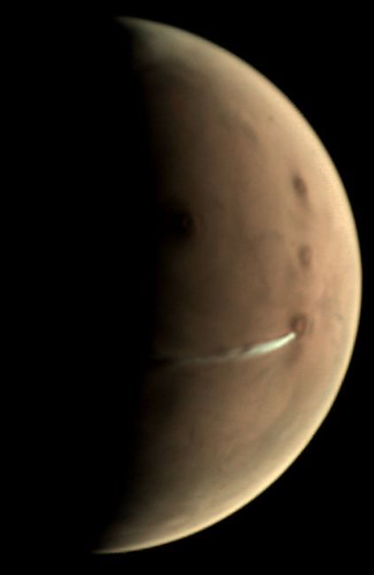 De langgerekte wolk boven Arsia Mons in 2018