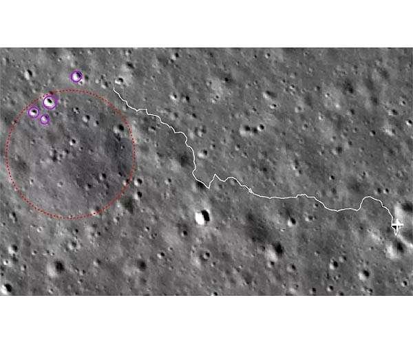 De route die Yutu 2 volgt naar enkele kraters die meer licht lijken te reflecteren.