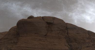 Wolken van koolzuurijs boven Mount Sharp op Mars