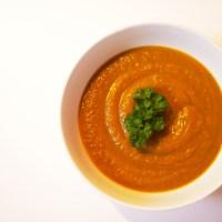 Zoete aardappel soep met wortel en paprika