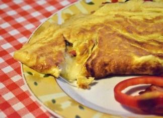 Kako se pravi vazdušast omlet sa sirom i prilozima