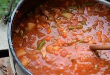 Gulaš sa mlevenim mesom u crnom vinu, paradajzu, sa raznim povrćem