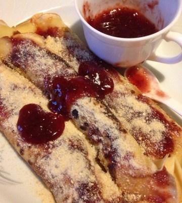 Palačinke- filovane sa džemom od jagoda i mlevenim keksom