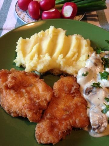 Pohovano pileće belo meso sa jajima, brašnom i biljnim začinima