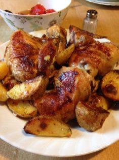 4. Piletinu i krompir poslužiti toplo uz sos i salatu po želji.